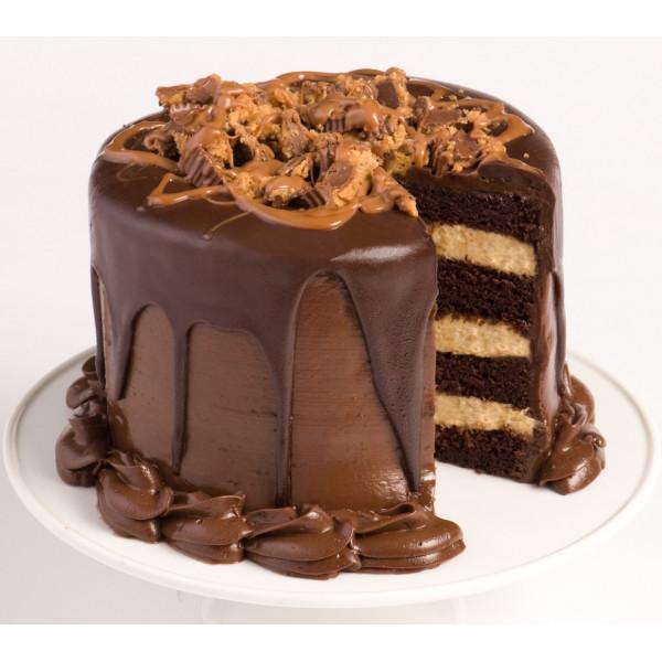 Pastel de capas de chocolate con crema batida de mantequilla de maní