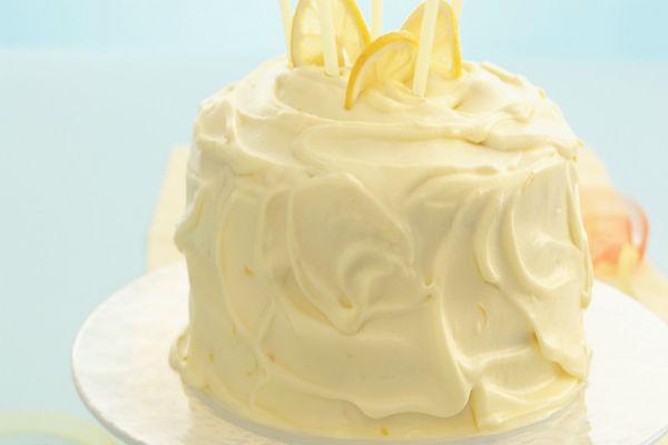 Torta de mousse de cítricos con glaseado de crema de mantequilla