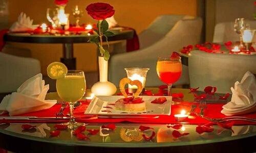 Cena a la luz de las velas en casa