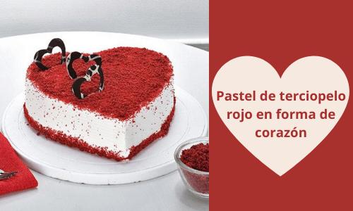 Torta de terciopelo rojo con forma de corazón
