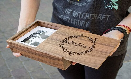 Caja de madera grabada