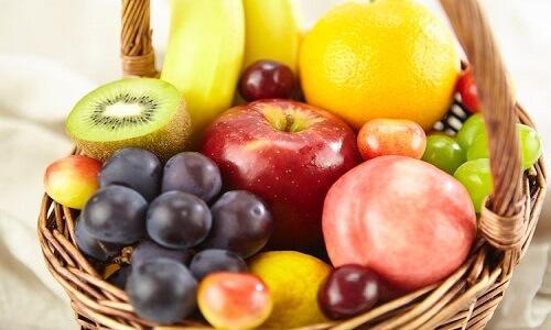 Cesta de frutas y esterilla de yoga