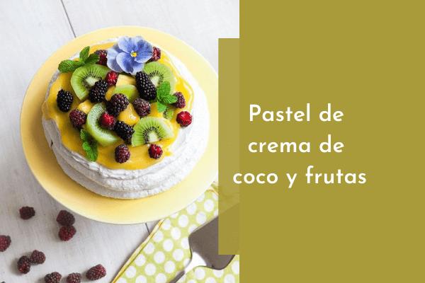 Pastel de crema de coco y frutas
