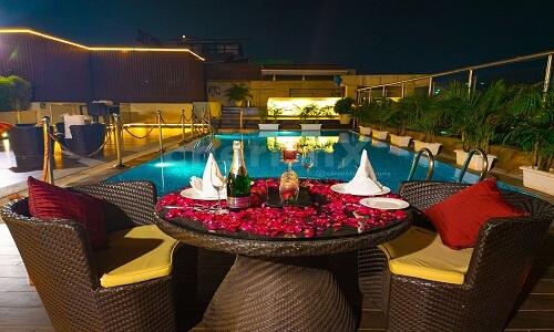 poolside dinner date